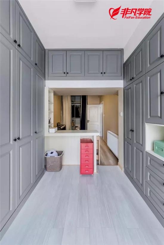 由于空间局限,设计师把床横向摆放,还巧妙的设计出一个小吧台,可以看
