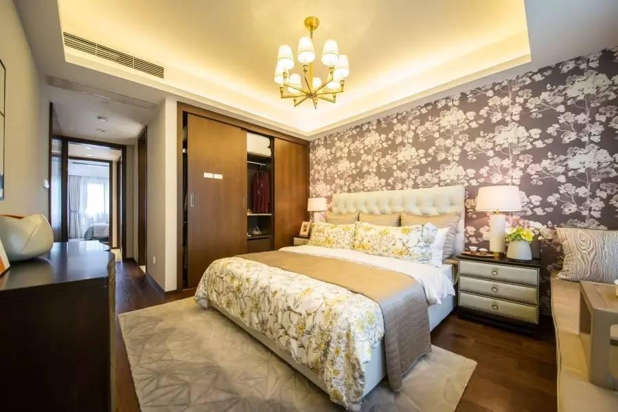 作为一个私密的休息场所,(室内设计培训)卧室照明最重要的不是灯漂不漂亮,而是光舒不舒适、健不健康。因此灯具的安装位置很有讲究。不管是吊灯还是吸顶灯,都不宜安装在床的正上方,因为当人躺在床上,上方的灯光照射到眼睛,必然会给人带来压迫感,不利于休息。